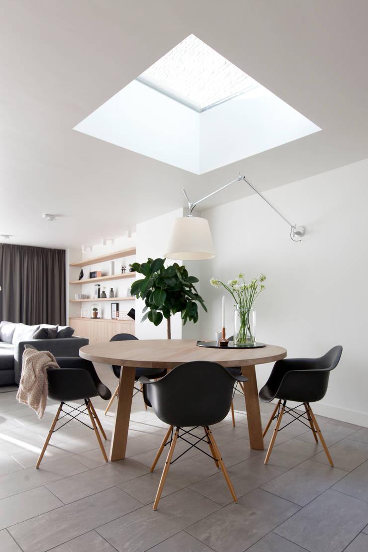 Verbouwing en restyling van een woning:  Eetkamer door Interieur Design by Nicole & Fleur, Modern
