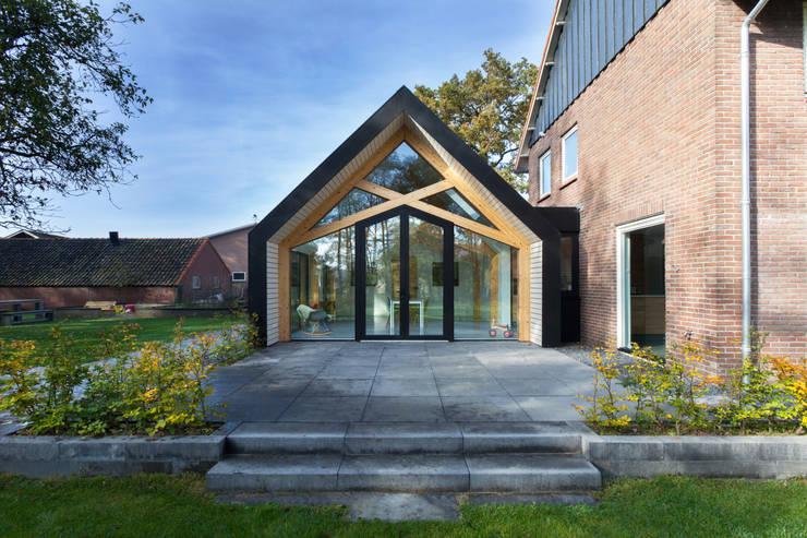 Barn Living:  Woonkamer door Bureau Fraai, Modern Aluminium / Zink