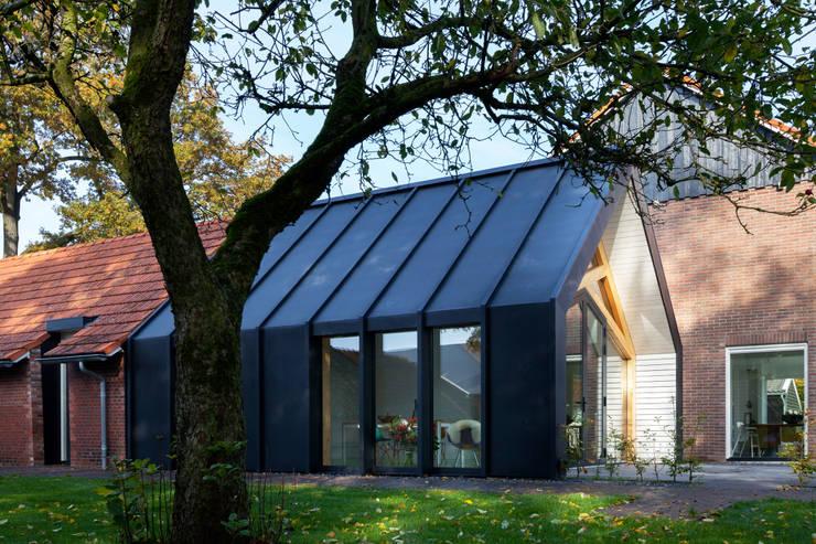 Barn Living:  Woonkamer door Bureau Fraai, Modern