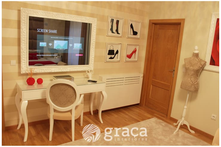 Zona de toucador, com tv, e moldura com espelho: Quarto  por Andreia Louraço - Designer de Interiores (Contacto: atelier.andreialouraco@gmail.com)
