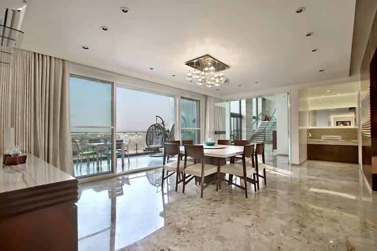 Nikhil patel residence:  Dining room by Dipen Gada & Associates
