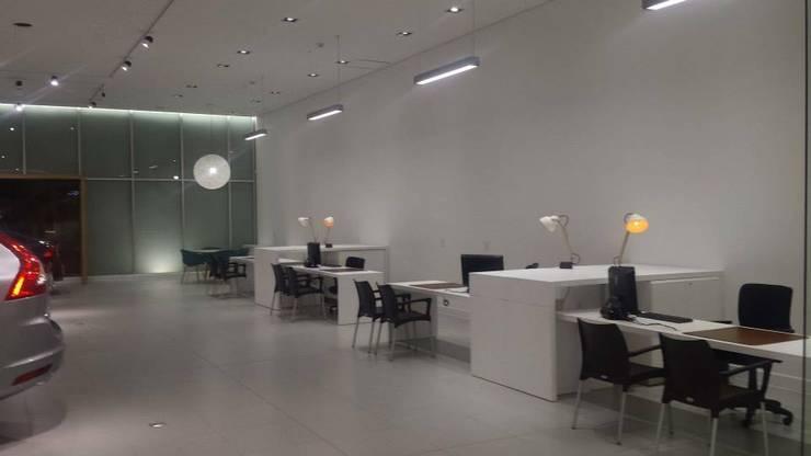 Volvo Showroom: Concesionarios de automóviles de estilo  por Planificación y Proyectos S.A.S.