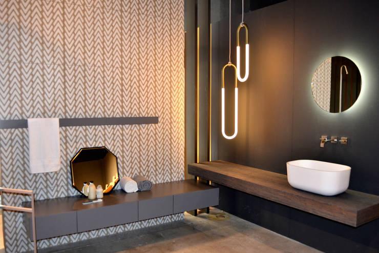 Aquaquae Showroom:  Bathroom by aquaquae