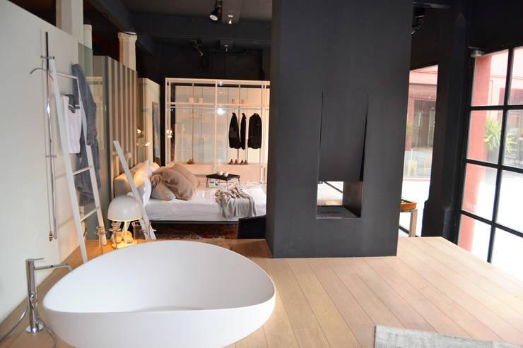 Aquaquae Showroom:  Bedroom by aquaquae