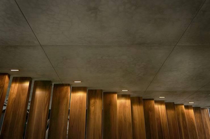 Héctor Gómez Arquitecto: Pasillos y recibidores de estilo  por Héctor Gómez Arquitecto