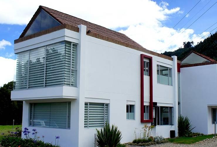 Fachada posterior: Casas de estilo  por AV arquitectos