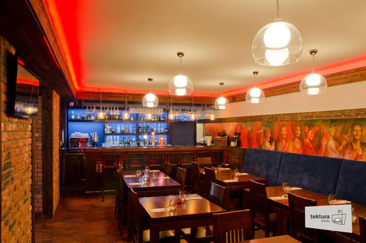 Restauracja hiszpańska: styl , w kategorii Bary i kluby zaprojektowany przez Tektura Studio Katarzyna Denst,Śródziemnomorski Drewno O efekcie drewna