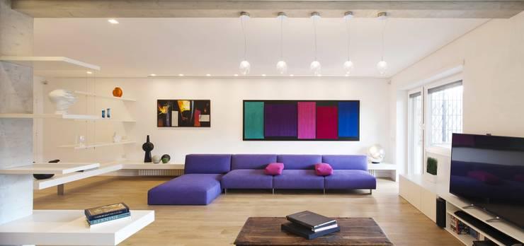 Salas de estar minimalistas por Arabella Rocca Architettura e Design