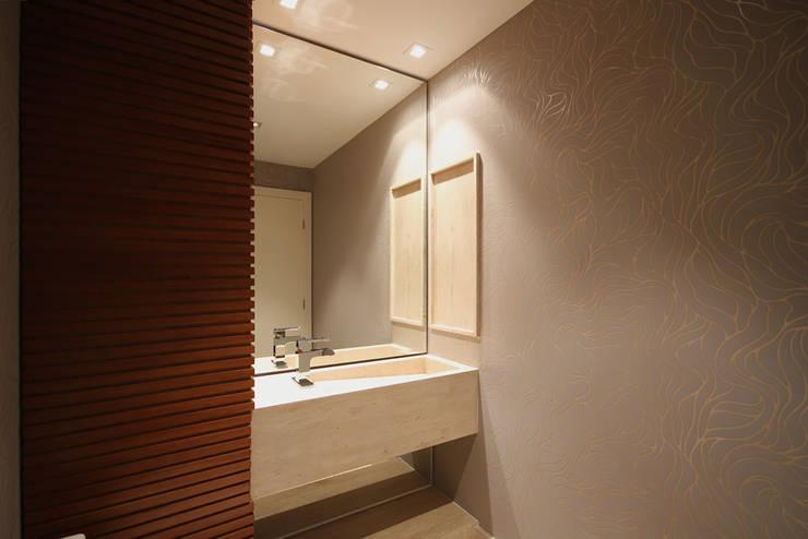 Apartamento AS: Banheiros  por F:POLES ARQUITETOS ASSOCIADOS