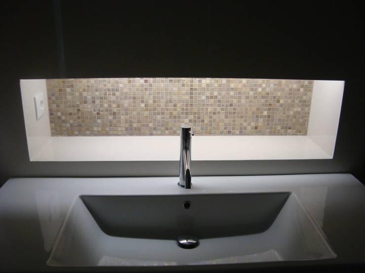 Moradia Unifamiliar: Casas de banho  por AlexandraMadeira.Ac - Arquitectura e Interiores