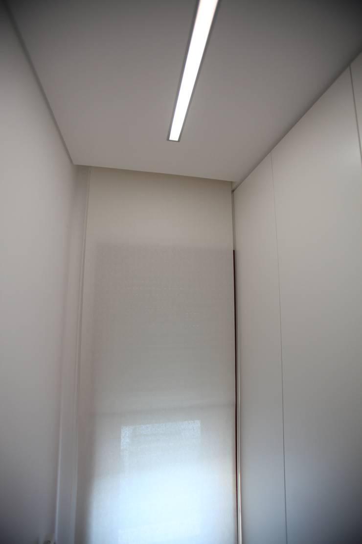 Moradia Unifamiliar: Corredores e halls de entrada  por AlexandraMadeira.Ac - Arquitectura e Interiores