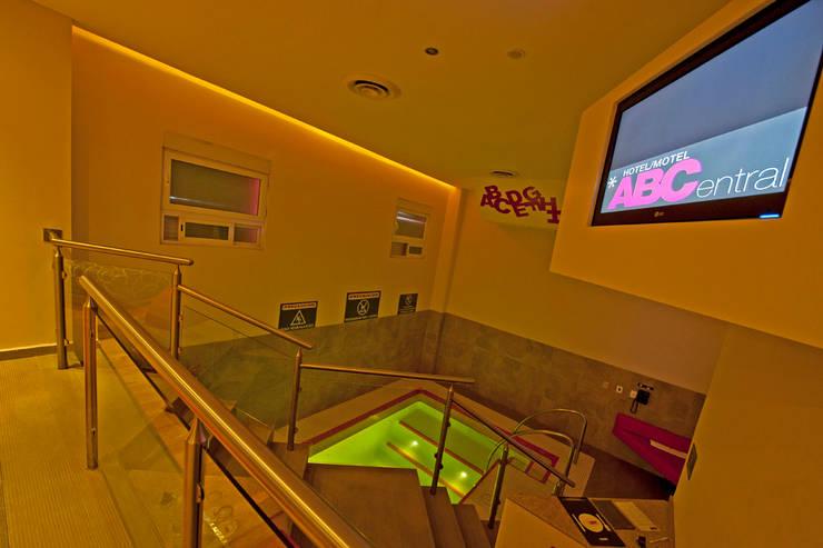 Hotel ABCentral : Albercas de estilo  por DIN Interiorismo