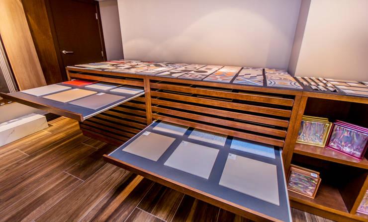 Mueble expositor a medida : Espacios comerciales de estilo  de Apersonal