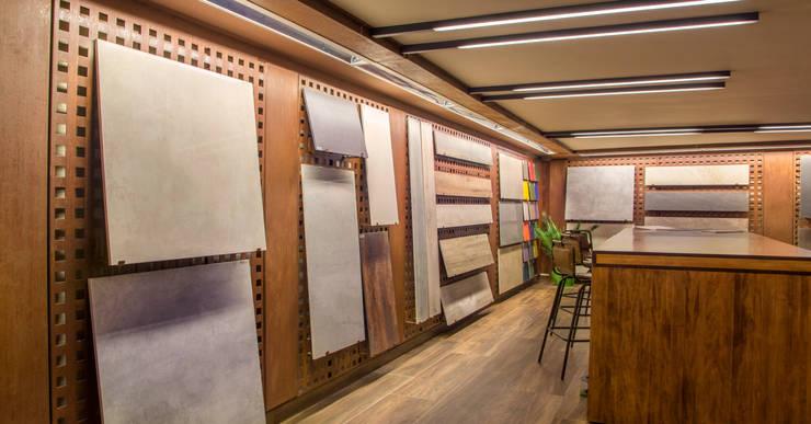 Espacio para diseñadores y constructores. Pavimentos y revestimientos técnicos: Espacios comerciales de estilo  de Apersonal