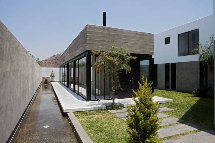 CASA RODEADA: Casas de estilo  por 2.8  NIKOLAS BRICEÑO arquitecto