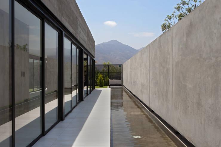 CASA RODEADA: Casas de estilo  por NIKOLAS BRICEÑO arquitecto