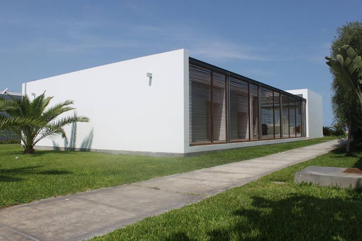 CASA BORA BORA: Casas de estilo  por NIKOLAS BRICEÑO arquitecto