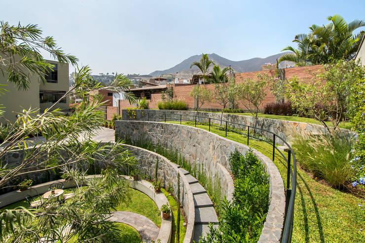 JARDIN COLISEO DE GALLOS: Jardines de estilo  por NIKOLAS BRICEÑO arquitecto