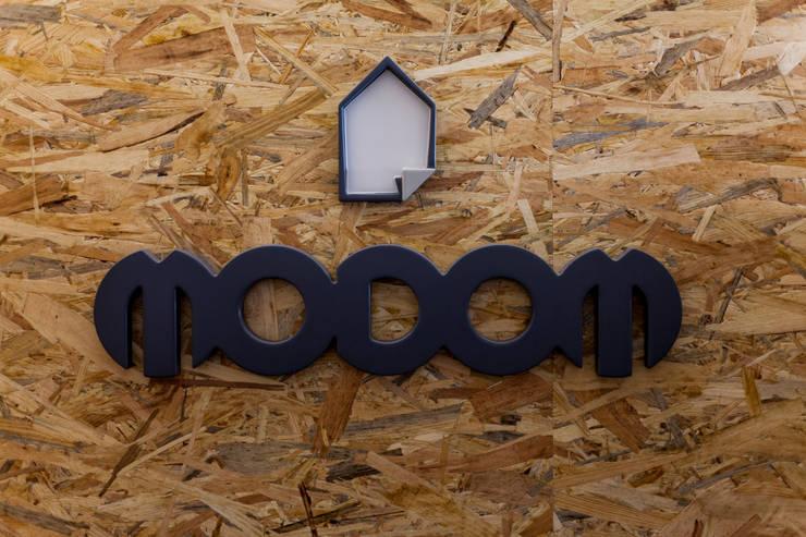 MODOM Office – Modular Work Space: Studio in stile  di MODOM srl