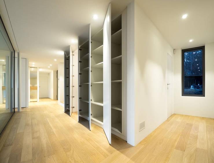 Realizzazioni: Ingresso & Corridoio in stile  di Losa Falegnameria sagl