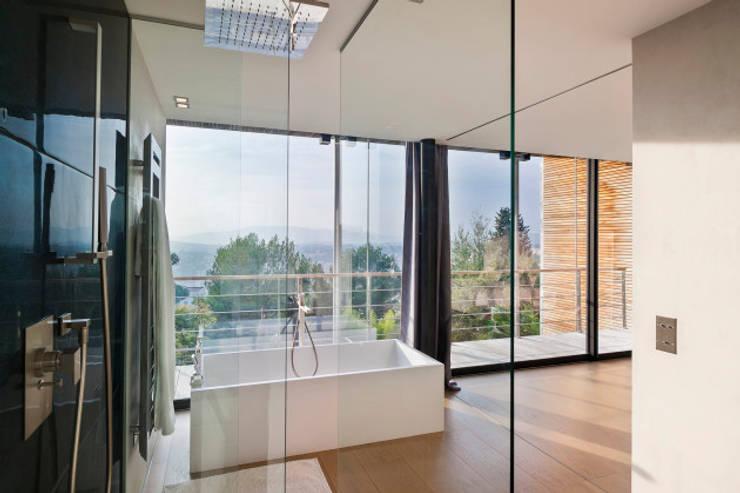 Maison D: Salle de bains de style  par didier becchetti architectes
