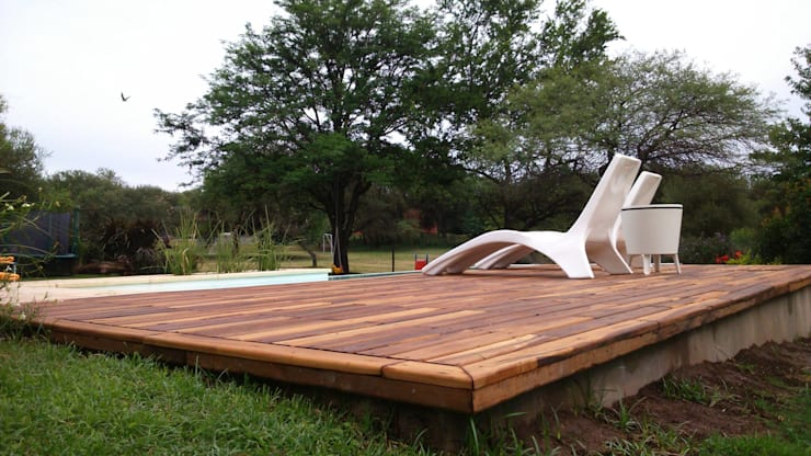 Modern pool by de la Roza Maderas Modern