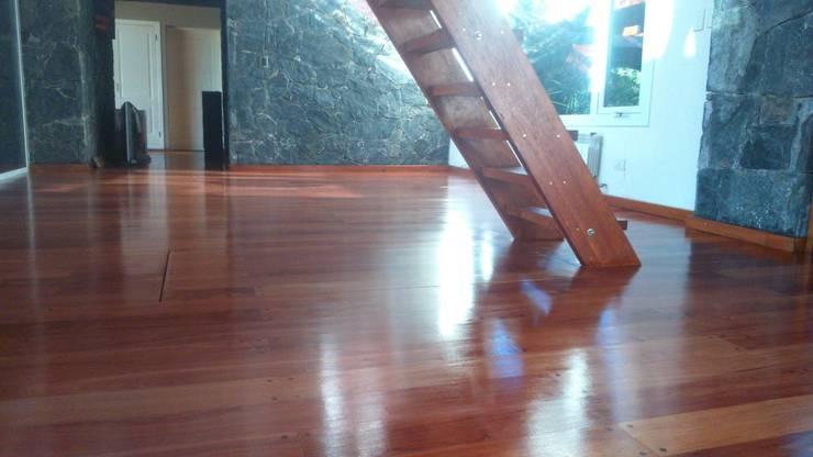 Living room by de la Roza Maderas,