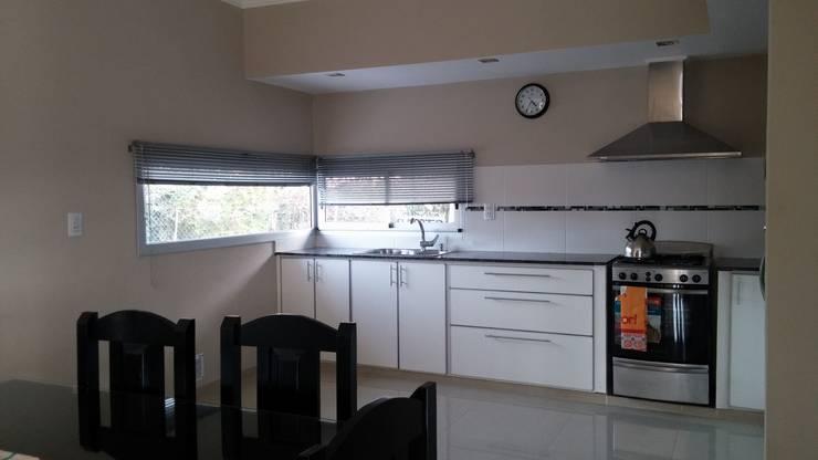 Vivienda RC: Cocinas de estilo  por Marina Alvear Arquitecta,
