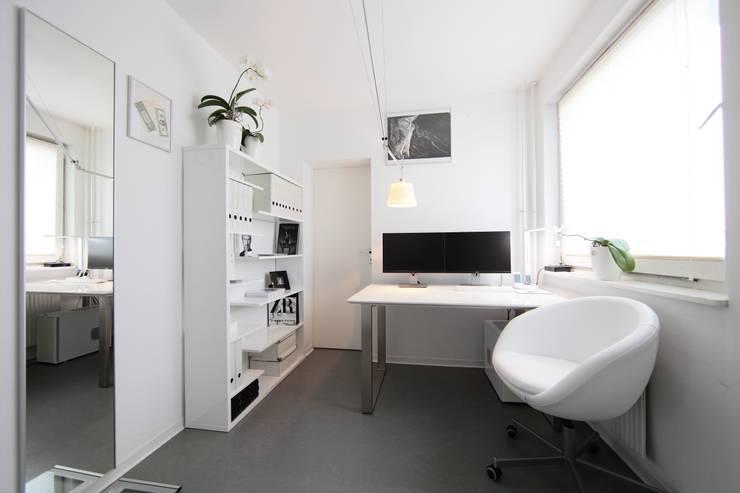 Bureau de style de style Minimaliste par nadine buslaeva interior design