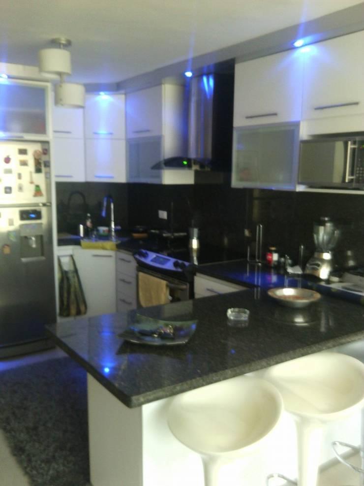 Kitchen by Dennys Muebles a tu Medida, Modern
