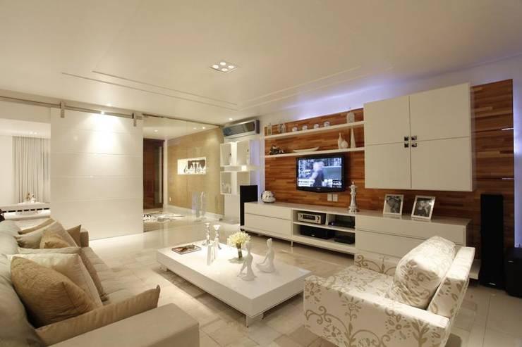 Salas / recibidores de estilo moderno por MJ Projetos e Consultoria Ltda