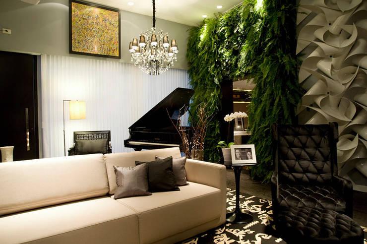 Casa Cor 2013: Salas de estar modernas por Meire Lemes Designer de Interiores