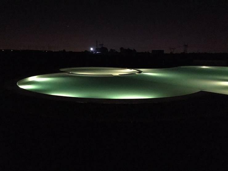 La Alameda - Barrio Privado & Spa: Piletas de estilo  por Surpool - Diseño de Espacios de Agua,