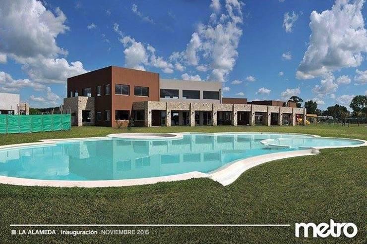 La Alameda – Barrio Privado & Spa: Piletas de estilo  por Surpool - Diseño de Espacios de Agua,
