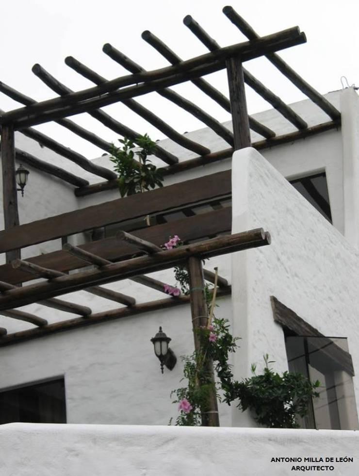 VIVIENDA BIFAMILIAR: Terrazas de estilo  por Antonio Milla De León Arquitecto,