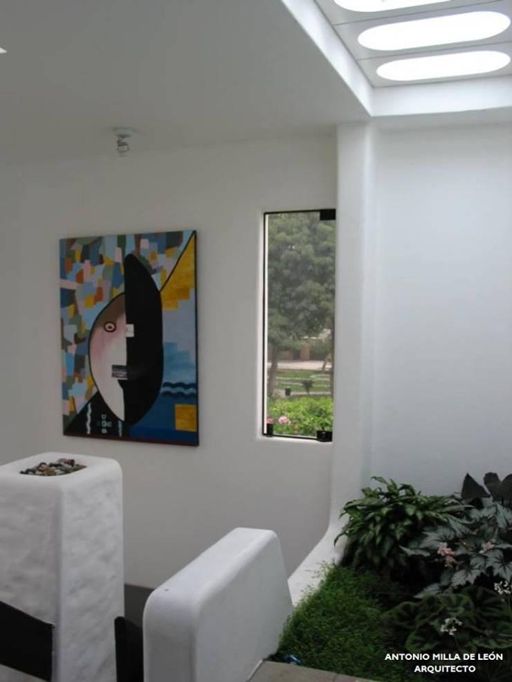 VIVIENDA BIFAMILIAR: Livings de estilo  por Antonio Milla De León Arquitecto,