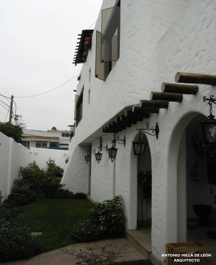 VIVIENDA BIFAMILIAR: Jardines de estilo  por Antonio Milla De León Arquitecto,