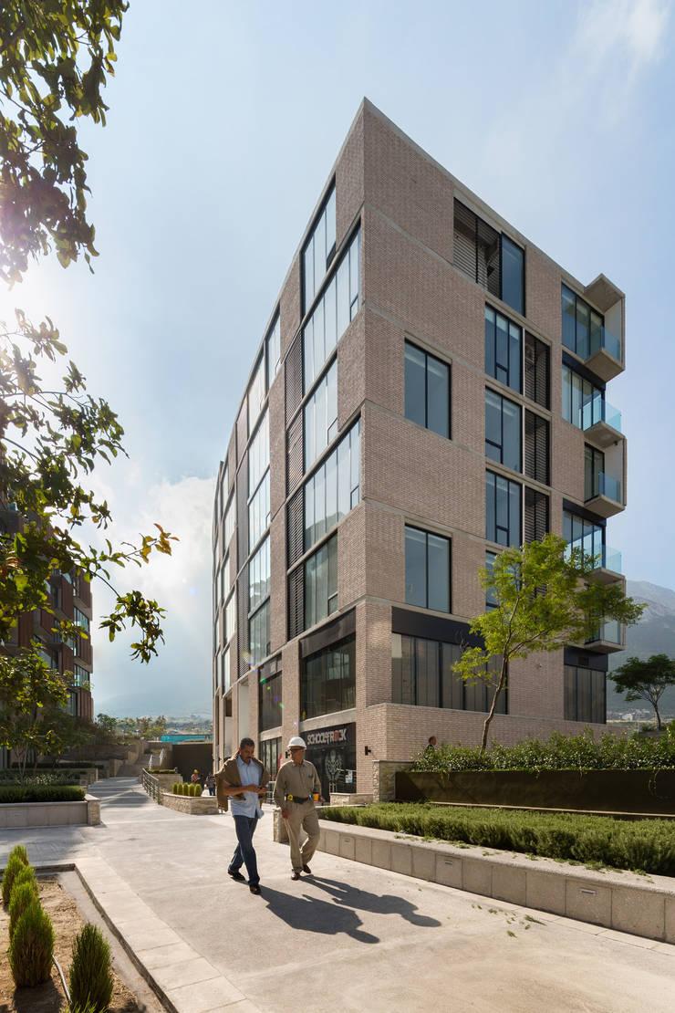 Via Cordillera Edificio EMA : Casas de estilo  por Miguel de la Torre Arquitectos