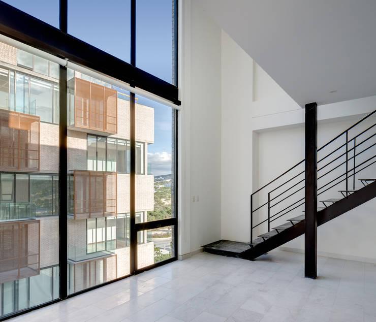 Via Cordillera Edificio EMA : Salas de estilo  por Miguel de la Torre Arquitectos