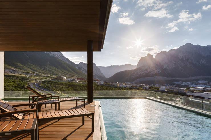 Via Cordillera Edificio EMA : Albercas de estilo  por Miguel de la Torre Arquitectos