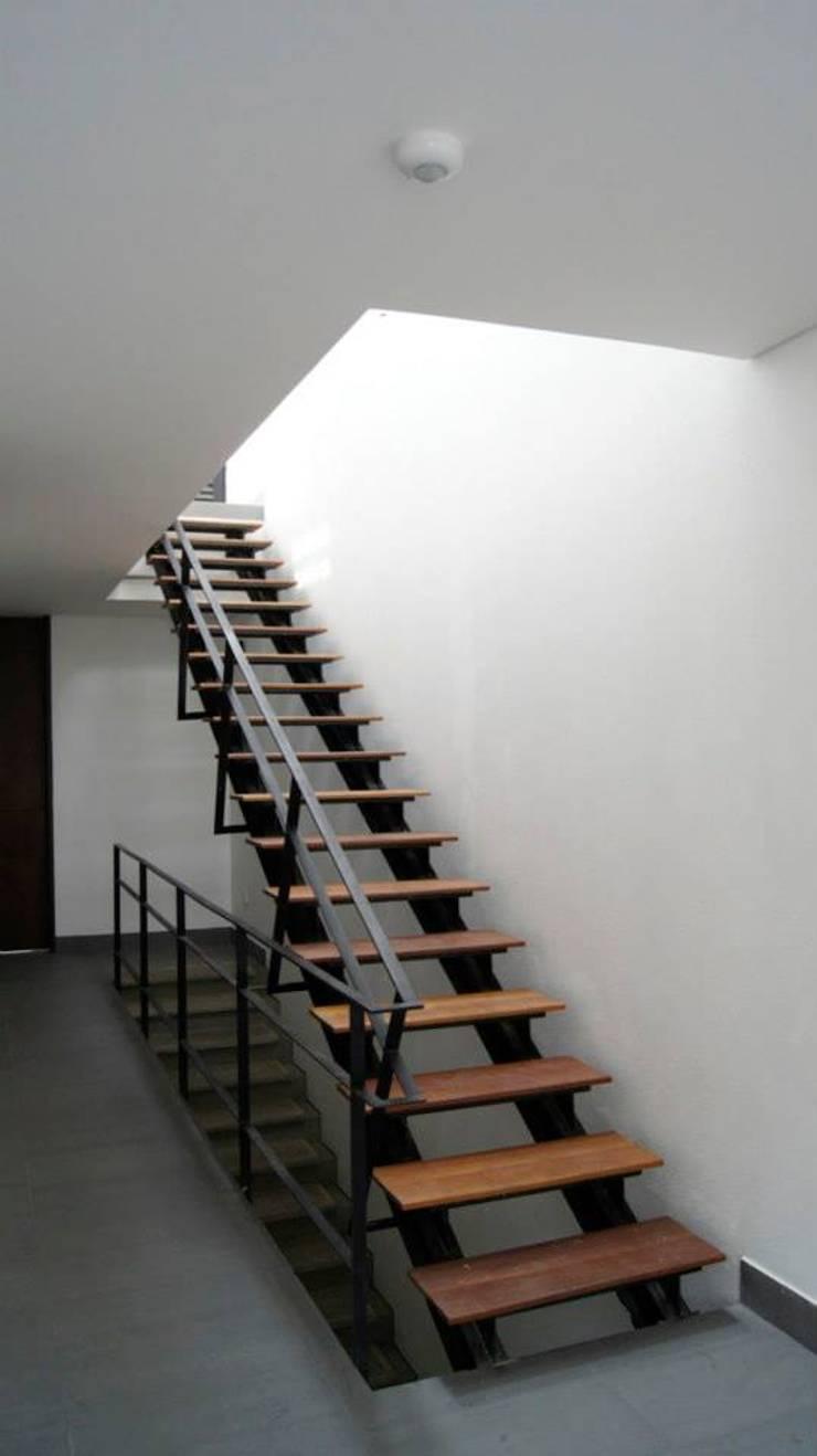 Aloja: Pasillos y vestíbulos de estilo  por OM arquitectura & Urbanismo