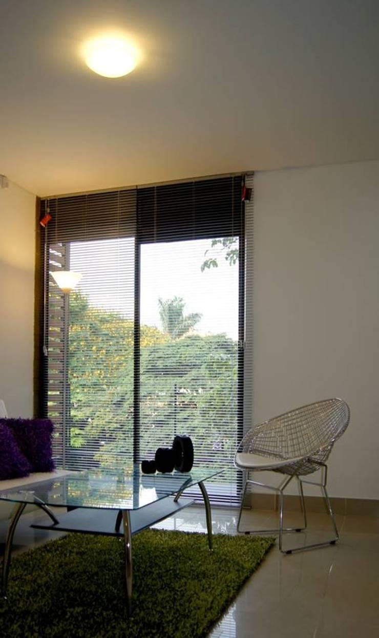 Aloja: Salas de estilo moderno por OM arquitectura & Urbanismo
