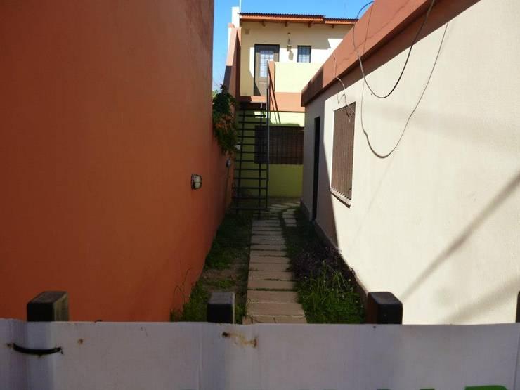 VILLA CABRERA – ALQUILER: Pasillos y recibidores de estilo  por Reyna Quintana - Grupo Inmobiliario