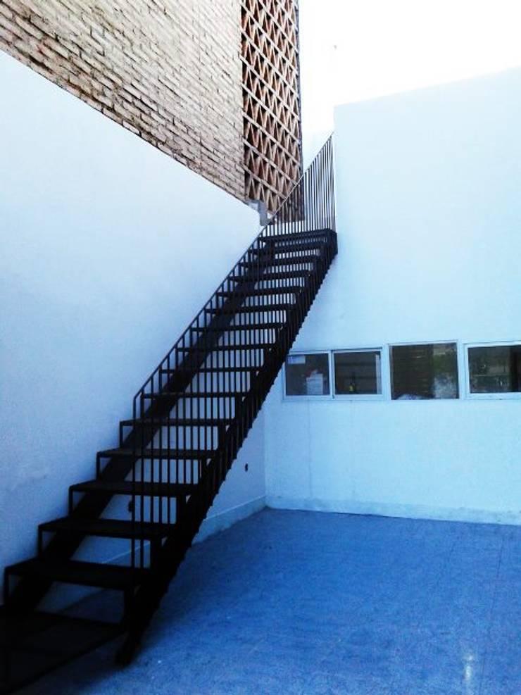 Casa Patios - Santiago del Estero (2014): Pasillos y recibidores de estilo  por estudio 1/4,