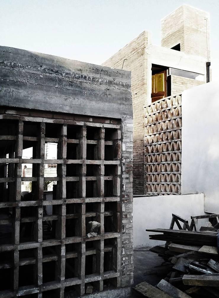Casa Patios – Santiago del Estero (2014): Paredes de estilo  por estudio 1/4,
