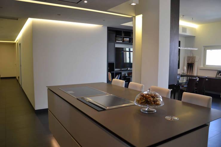 Appartamento Milano Naviglio: Cucina in stile in stile Moderno di DCA Studio - Davide Carelli Architetto
