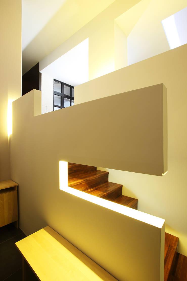 Mix in Match : 복층형 타운하우스: O-Scape Architecten의  복도 & 현관