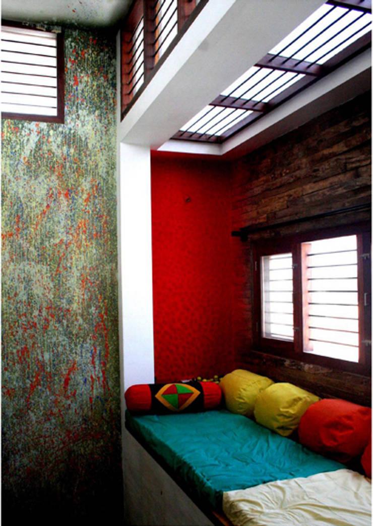 Living Space:  Living room by BETWEENLINES,