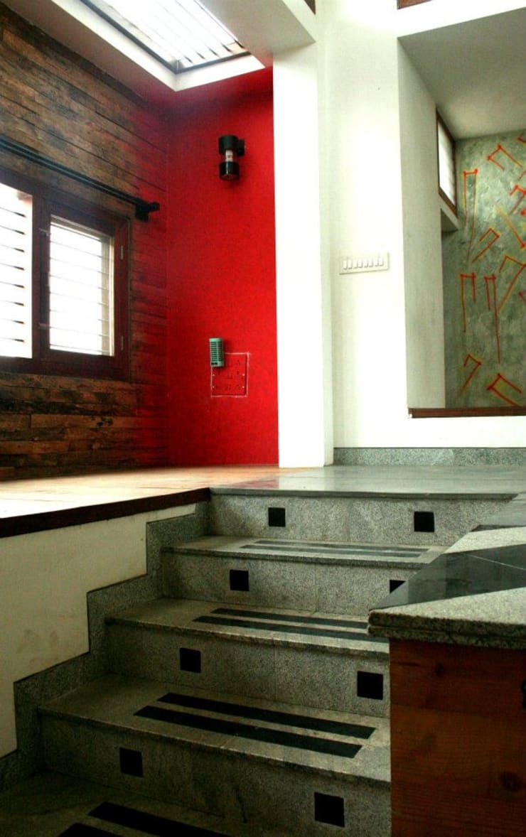 Entry Steps:  Living room by BETWEENLINES,