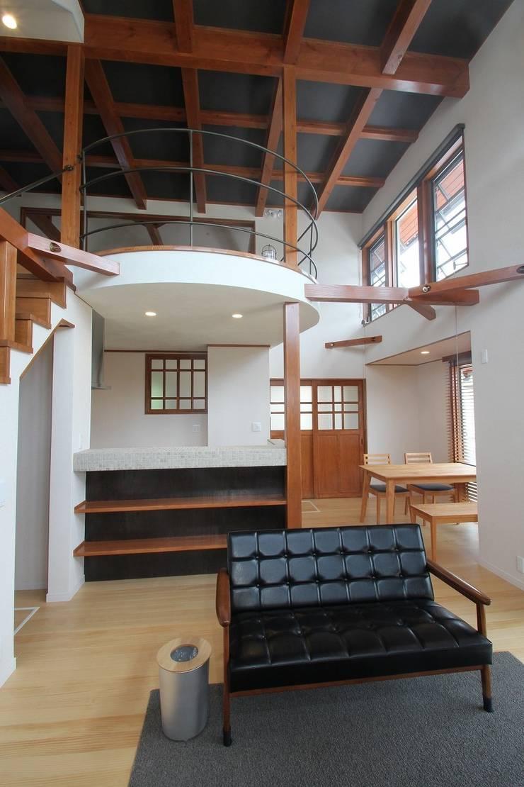 リビング: 大出設計工房 OHDE ARCHITECT STUDIOが手掛けたリビングです。